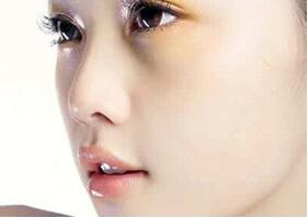 求美者假体隆鼻手术是怎样做的呢?