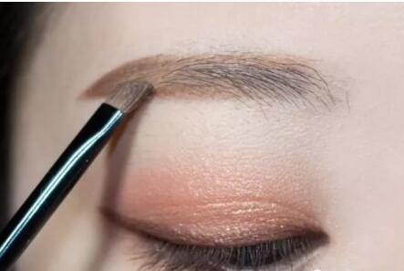 眉型不好看的人可以通过这些技巧和技术来改变