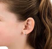 小孩也想打扮漂亮,也想穿耳洞,家長怎么看?