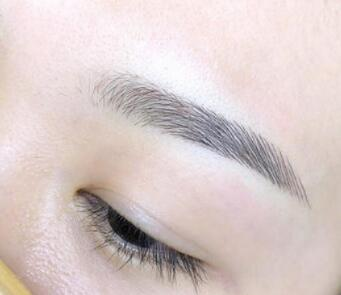 眉毛稀疏没有形状会让人感觉很难看