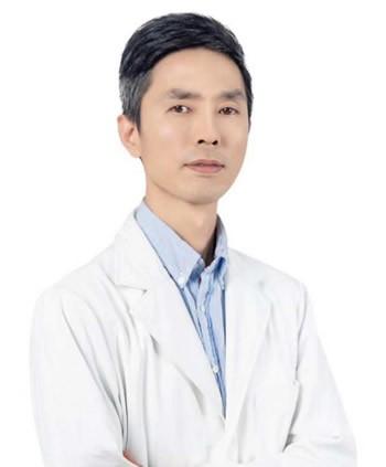 福州格莱美郑少雄医生做胸部综合专业吗?